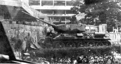 Tanque cubano barra o acesso à Rádio Nacional de Angola. Foto publicada na 1ª página de O Jornal da época