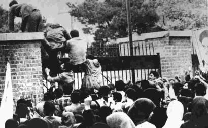 Foto do assalto à embaixada dos Estados Unidos em Teerão, Novembro de 1979. Autor desconhecido