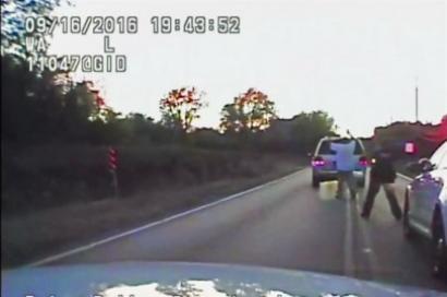 Imagem de vídeo mostra Crutcher com as mãos ao alto pouco antes de ser morto