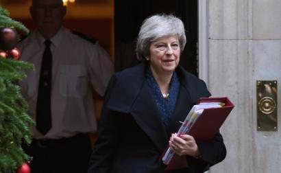 Theresa May à saída da sua residência oficial nesta quarta-feira, 12 de dezembro – Foto de Andy Rayn/Epa/Lusa