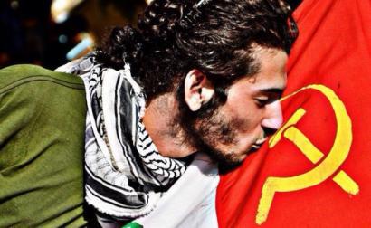 Homem beija a bandeira do Partido Comunista do Líbano.