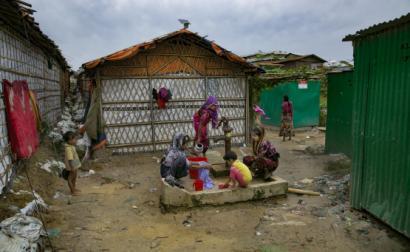 mulheres e crianças rohingya em campo de refugiados para viúvas.