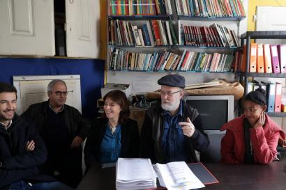 A coordenadora do Bloco de Esquerda, Catarina Martins creuniu com o presidente da Associação Solidariedade Imigrante, Timóteo Macedo. Foto de Tiago Petinga/ LUSA.
