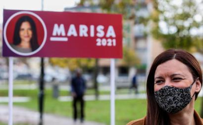 Marisa Matias em frente a um cartaz de campanha. Dezembro de 2020. Foto Nuno Fox/Lusa.