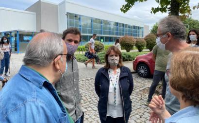 Catarina Martins e José Soeiro à saída de uma visita ao Centro de Apoio à Terceira Idade em Matosinhos.
