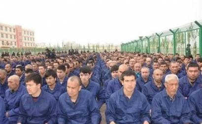 Campo de reeducação da comunidade uigur, em Xinjiang. Fonte, wikipedia.