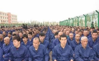 """Campo de """"reeducação"""" da comunidade uigur, em Xinjiang."""