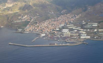 Caniçal (Madeira) e zona franca da Madeira à direita – Foto de Froth82/wikipedia