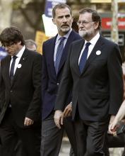Carles Puigdemont, Presidente da Generalitat, com Felipe VI, Rei de Espanha, e Mariano Rajoy, Primeiro-Ministro de Espanha. Foto de Andreu Dalmas. EPA/Lusa.