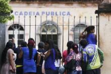 Parentes de presos aguardam notícias em Manaus.