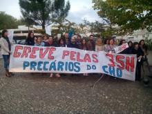 """Precários do Centro Hospitalar do Oeste durante a greve de três dias que fizeram, exigindo a integração nos quadros da Função Pública, com uma faixa que dizia """"greve pelas 35h"""", às quais não tinham acesso."""