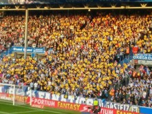 Estádio de futebol da Real Sociedad no jogo contra a equipa Alaves. Todo o estádio empunhava cartazes contra a reabertura da central nuclear da Garoña.