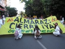 Cortejo do Greenpeace numa manifestação pelo fecho de Almaraz, em junho de 2016
