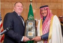 O diretor da CIA e o príncipe herdeiro saudita no momento da entrega da medalha em Riade.