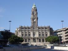 """""""Convivemos em condições de precariedade extrema, mesmo por baixo do nariz de Rui Moreira"""" - Foto de edifício da Câmara do Porto/wikimedia"""