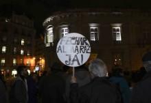 """Manifestante com pancarta a dizer """"Fechar Almaraz já!"""""""