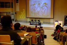 """Foto da sessão """"A dívida, arma fatal do capitalismo"""" com Silvia Federici, Éric Toussaint e Noëmie Cravatte"""