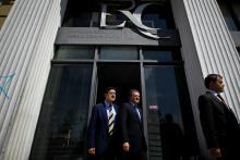 Carlos Magno com Miguel Relvas à saída da ERC após os depoimentos sobre o caso Público em maio de 2012. Foto de Mário Cruz, Lusa.