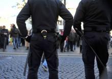 Dois polícias de costas, foto de Paulete Matos.