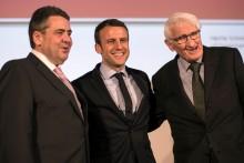 Emmanuel Macron com Sigmar Gabriel e Juergen Habermas no Congresso do SPD, por Oliver Weiken, EPA/Lusa