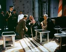 Ibn Saud conversa com o presidente norte-americano Franklin D. Roosevelt a bordo do navio USS Quincy, ao largo do Egito, depois da Conferência de Ialta, em fevereiro de 1945. Na foto, de domínio público, estão também o coronel Bill Eddy e o almirante William Leahy.