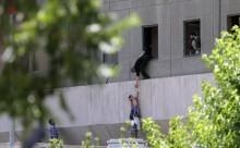 Polícias tentam ajudar civis no parlamento iraniano em Teerão - Foto de Omid Wahabzadeh/Epa/Lusa