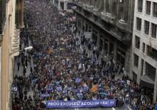 """""""Chega de mortes"""", lia-se em cartazes na manifestação de Barcelona. Foto Portal Vermelho"""