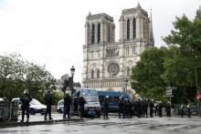 Polícia instalou mecanismo de segurança junto à catedral de Notre Dame – Foto de Yoan Valat/Epa/Lusa