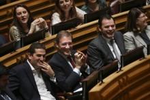 Luís Montenegro à direita de Pedro Passos Coelho na Assembleia da República. Foto de Mário Cruz, Lusa.