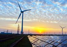 Painel solar e ventoinha eólica, foto de Wikimedia Commons.