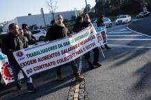 Trabalhadores de hiper e supermercados manifestaram-se no início da greve, junto às instalações da Sonae na Maia, em 22 de dezembro – Foto de José Coelho/Lusa