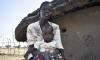 Uma mulher com o seu filho. Foto da Save the Children.