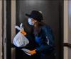 Ocasio-Cortez numa ação de entrega de ajuda. Foto do seu Instagram.