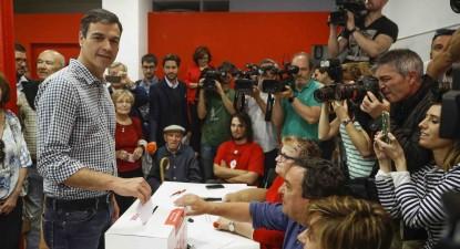 Pedro Sanchez a depositar o boletim de voto nas primárias do PSOE.