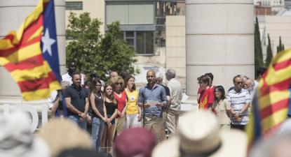 """Pep Guardiola leu o manifesto """"referendo é democracia"""" em catalão, castelhano e inglês. Foto Agência Lusa."""