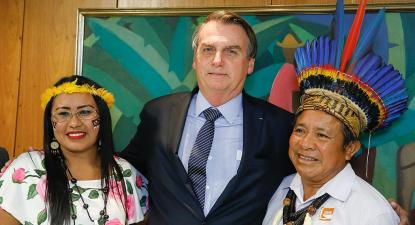 Jair Bolsonaro com representantes indígenas no Palácio do Planalto, 17/04/2019. Foto: Carolina Antunes/PR/Wikimedia Commons.