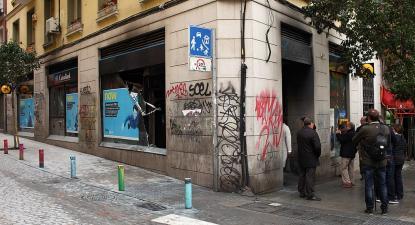 Agência do CaixaBank vandalizada após distúrbios em Lavapiés, Madrid, março de 2018. O CaixaBank tem a maior carteira de empréstimos hipotecários indexados ao IRPH. Foto: Javier Pérez Montes/Wikimedia Commons.