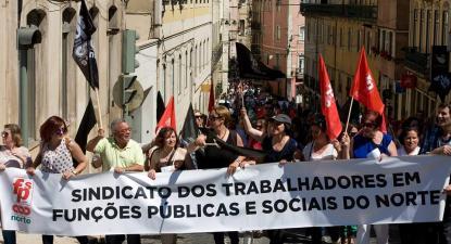 Sindicalistas do Sindicato dos Trabalhadores em Funções Públicas e Sociais do Norte em manifestação.
