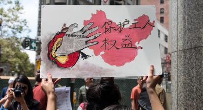 """Cartaz """"Proteção dos direitos dos trabalhadores"""" num protesto à porta da Apple em São Francisco contra o desrespeito laboral por parte das multinacionais que operam na China."""