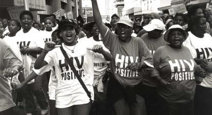 Manifestação de pessoas HIV positivas na Cidade do Cabo em 2002, no âmbito da Treatment Action Campaign que defrontou Thabo Mbeki o presidente negacionista da SIDA. Foto de Louis Reynolds/Flickr.