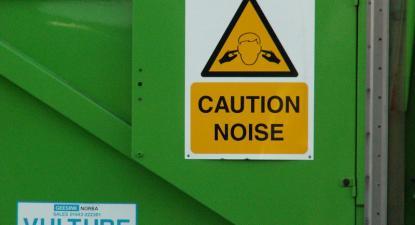 Sinal de aviso de ruído. Foto de Uncene/Flickr.