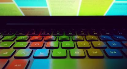 Efeito de luz de um ecrã num teclado de computador. Foto de sagesolar/Flickr.
