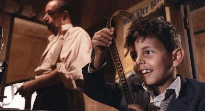 Cena de Cinema Paraíso de Giuseppe Tornatore no qual é retratada a censura.