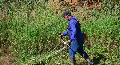Limpeza de mato. Foto de ASCOM Prefeitura de Votuporanga/Flickr.