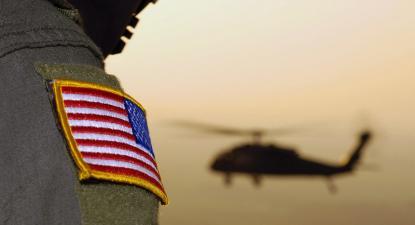 Militar norte-americano e helicóptero. Foto de Morning Calm Weekly Newspaper Installation/Flickr.
