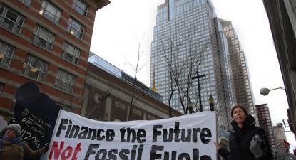 Cartaz contra o financiamente dos combustíveis fósseis em Calgary, 2008. Foto de Visible Hand/Flickr.