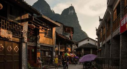 Antiga cidade Yangshuo. Fotografia de Rod Waddington