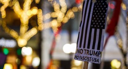 Cartaz anti-Trump. Foto de Derek Simeone/Flickr.