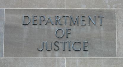 Placa no edifício do Departamento de Justiça dos EUA. Foto de Peter E/Flickr.
