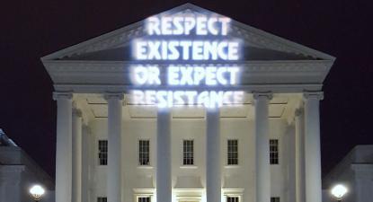 Projeção de protesto num edifício do governo na Virgínia. Foto de Backbone Campaign/Flickr.